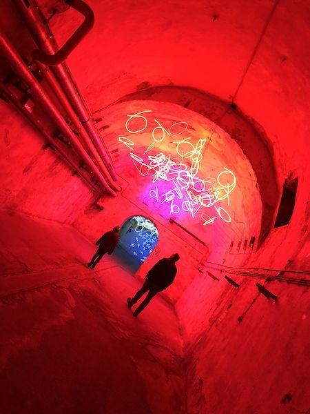"""Keith Sonnier hat in der ehemaligen Lindenbrauerei einen """"Tunnel der Tränen"""" geschaffen."""