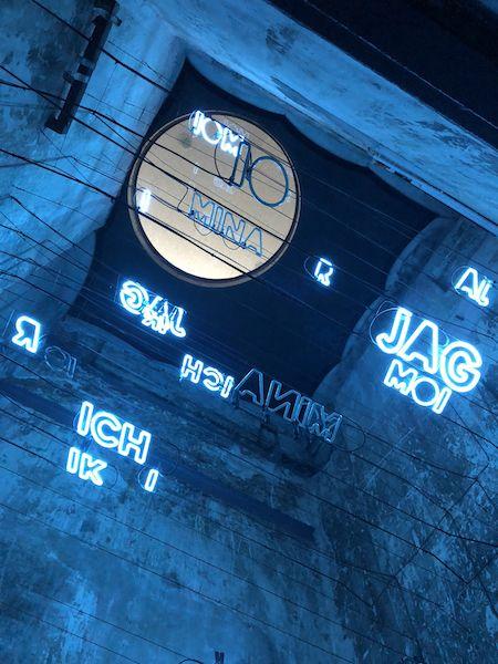 """Jan van Munster widmet sich ganz dem """"Ich"""". In blauen Neonbuchstaben spielt er es in zehn Sprachen durch."""