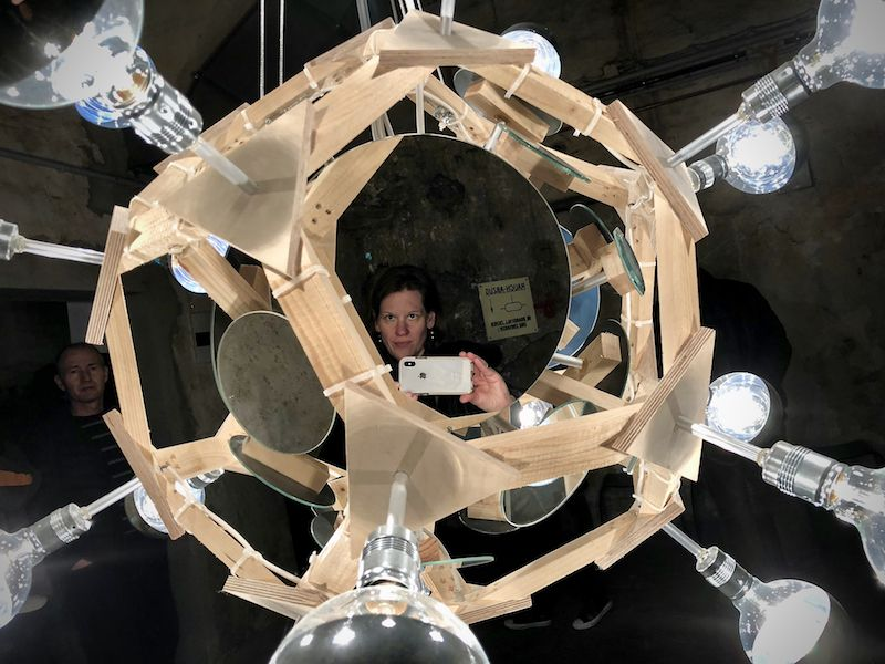 """Manche Kunstwerke sind """"begehbar"""". So wird der Besucher zu einem Teil des Lichtobjekts."""
