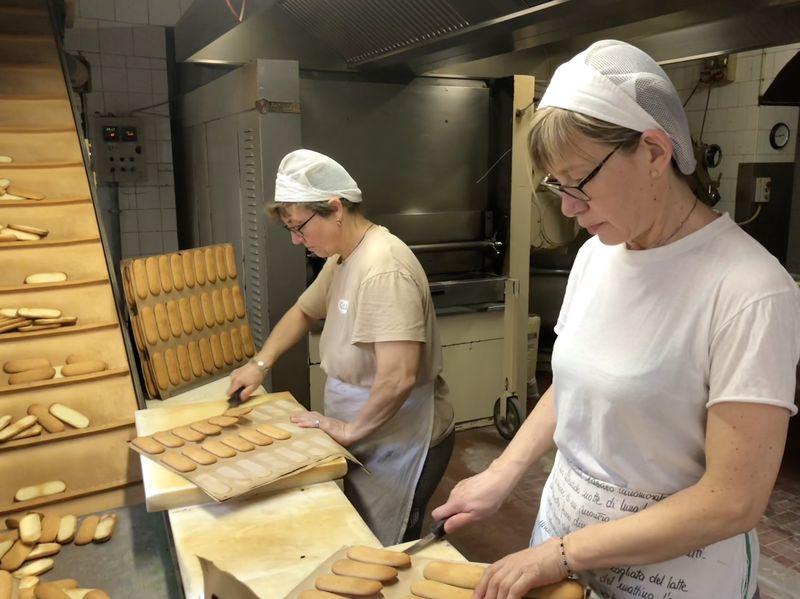 Die 18 Mitarbeiter von Ambrogio Fasola sind nahezu rund um die Uhr damit beschäftigt, die bekannte Leckerei herzustellen. 100.000 Stück entstehen täglich in der Backstube in Novara nach nahzu unverändertem Originalrezept.