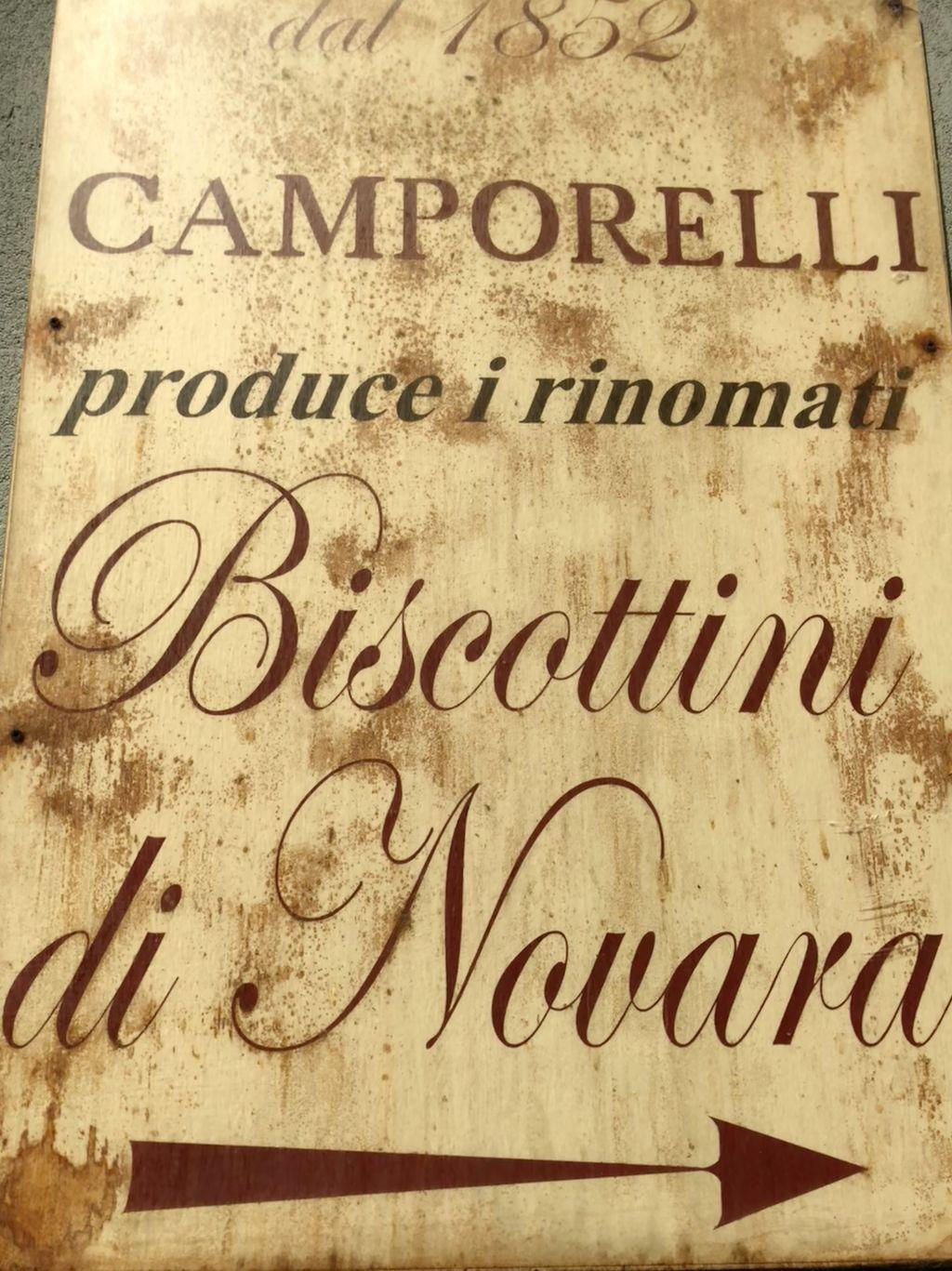 Von den vielen Feinbäckereien, die einst die bekannte Leckerei produzierten, sind heute nur noch wenige übrig geblieben. Eine der ältesten und bekanntesten ist die Biscottificio Camporelli von Ambrogio Fasola.