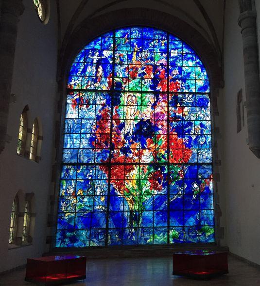 Das monumentale Glasfenster beeindruckt durch Ausmaß und Farbgewalt gleichermaßen.