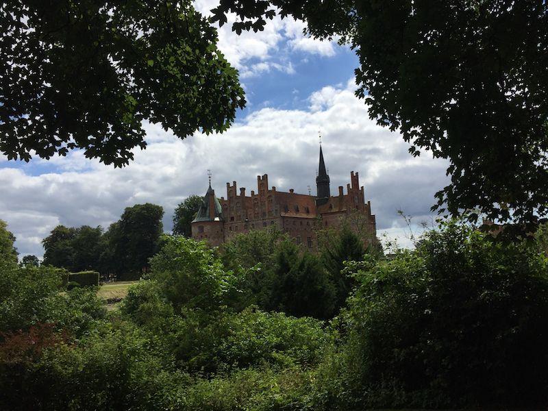 Wie ein Märchenschloss fügt sich Egeskov in die Parklandschaft der Insel Fünen ein.