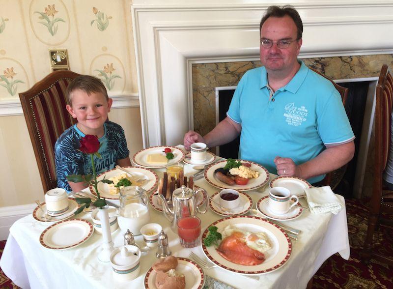 Ich finde, dass das Essen in Schottland wirklich lecker ist. Zum Frühstück gibt es neben Haggis noch andere herzhafte Dinge wie Lachs, Eier, Würstchen und Champignons.