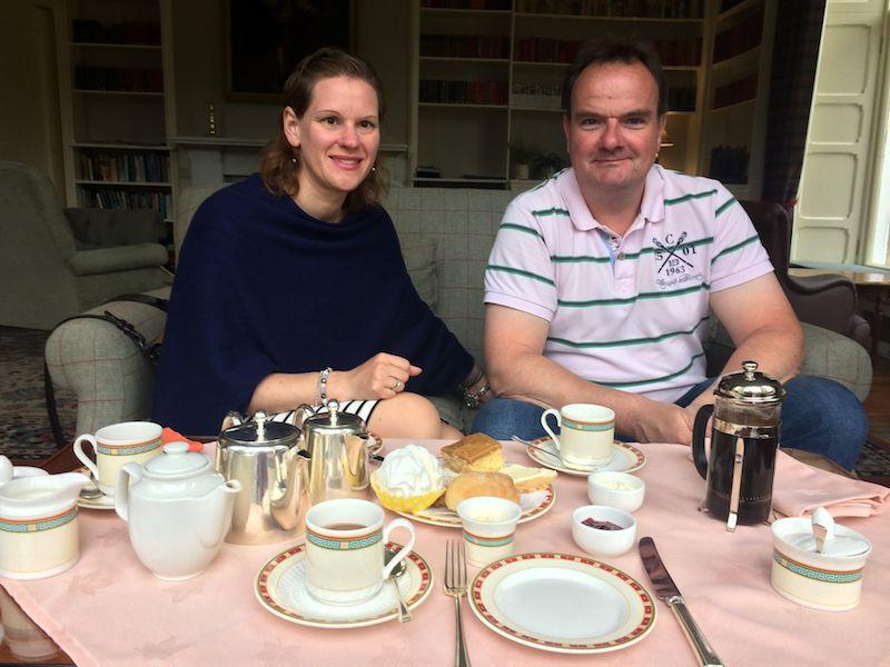 """Die """"Tea Time"""" gehört einfach dazu: Pünktlich um fünf Uhr nachmittags setzen sich die Schotten zusammen, trinken Tee, essen Kuchen und plaudern. Das haben wir gleich nachgemacht!"""