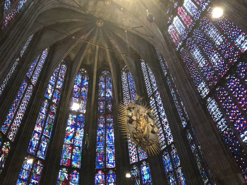 Wisst ihr, was Gotik ist? Schaut einmal hin: Die Bauweise ermöglicht solche riesigen Fensterflächen, insgesamt 1000 Quadratmeter!