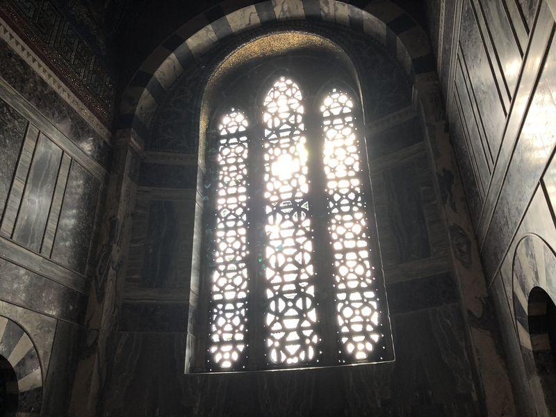 Auch die etwas schmuckloseren Fenster erzeugen eine tolle Stimmung.