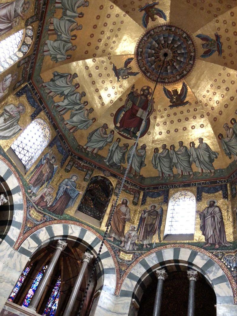 Das Kuppel-Mosaik zeigt, wie Jesus auswählt, welche 144 Menschen mit ins Himmelreich einziehen dürfen.