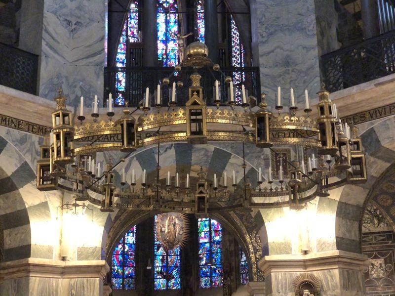 Den Leuchter, der die Stadtmauer - oder auch das Himmelreich! - darstellen soll, hat Barbarossa anlässlich der Heiligsprechung Karls des Großen gestiftet.