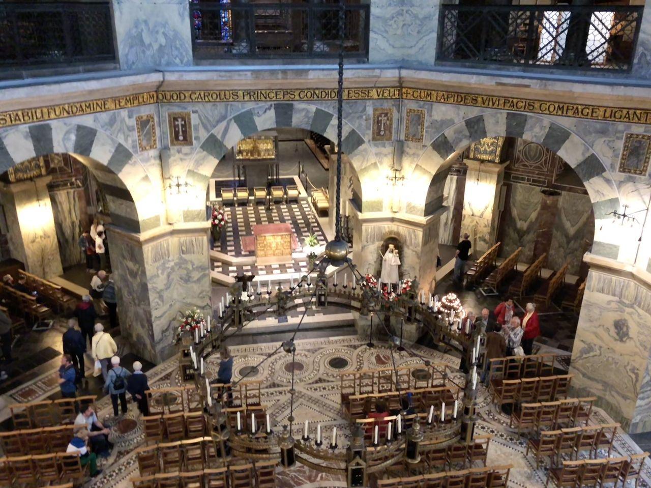 Das Innere des Aachener Doms ist unglaublich prächtig. Während der Führung erfahre ich aber, dass das nicht immer so war. Und auch der Thron wirkt im ersten Augenblick ziemlich unscheinbar.