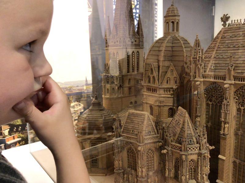Eine Wahnsinnsarbeit: Wie viele Jahre der Schöpfer dieses Dom-Modells aus Holz wohl an diesem Kunstwerk geschnitzt hat?