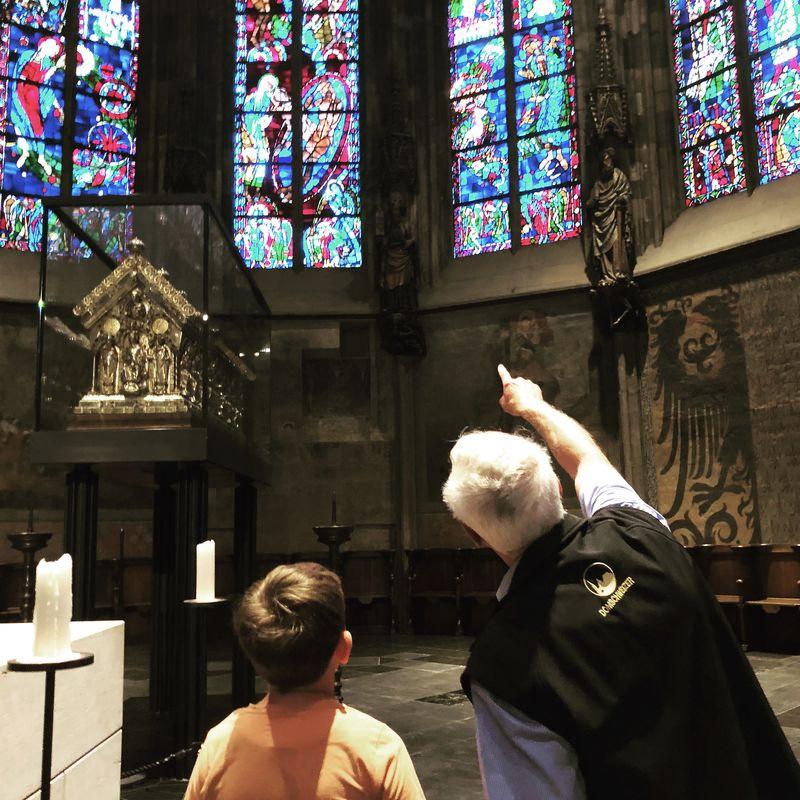 Wo verstecken sich denn im Aachener Dom die Kirchenmäuse? Der nette Domschweizer hat es mir gezeigt.