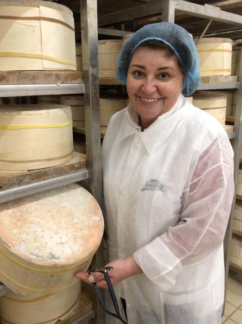 Maria Teresa Baruffaldi präsentiert die Käselaiber, die schon einige Zeit Reifung hinter sich haben.