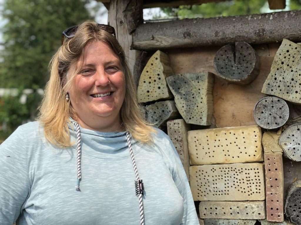 Jutta Luig-Beilmann, hier vor dem Bienenhotel, ist Naturschützerin aus Überzeugung.