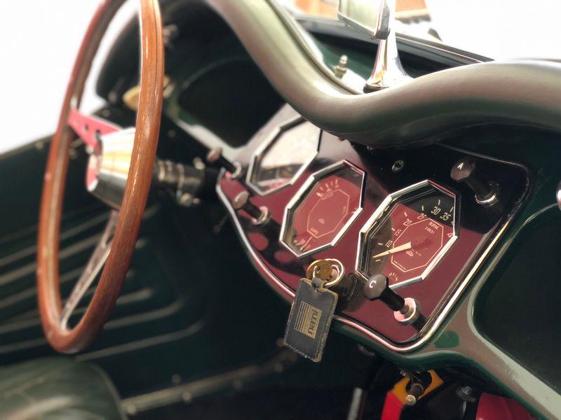 Nostalgiegefühle kommen auf beim Blick in das Cockpit des Paige, mit dem Søren Søndergard ab und zu Brautpaare kutschiert.