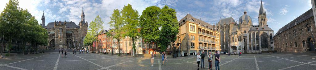 Der Platz zwischen Dom und Rathaus ist für viele Aachener der schönste Platz der Stadt. Diese Panoramaaufnahme zeigt warum.