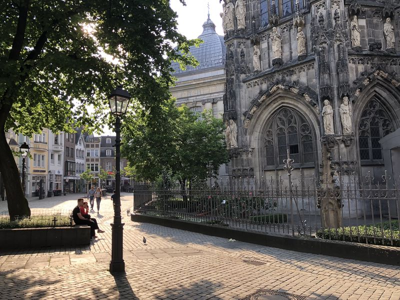 Der prächtige Dom, dessen Bau einst Karl der Große in Auftrag gegeben hat, bildet das Zentrum der altehrwürdigen Pfalzstadt. Einheimische wie Gäste genießen das Ambiente.