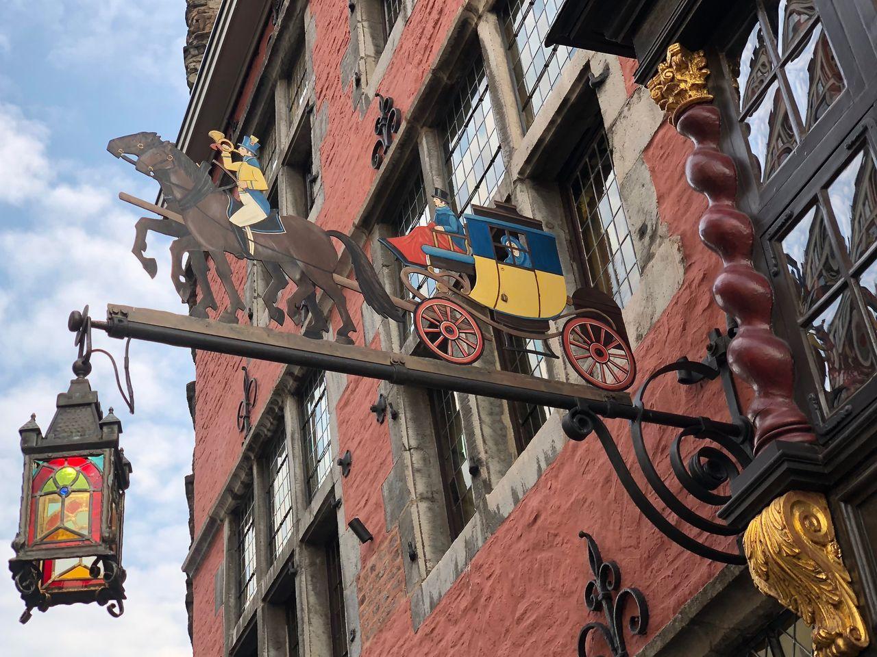 Der Postwagen (früher Postkutsche) ist das einzige erhaltene Holzhaus in Aachen. Die Geschichte reicht bis 1657 zurück. Nach dem verheerenden Stadtbrand setzten die Aachener lieber auf Steinbauten.