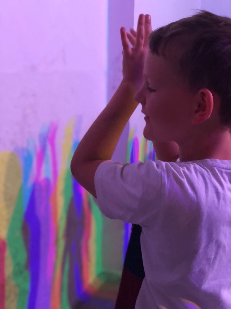 Wie erzeugt man eigentlich bunte Schatten? Im Licht-Raum kann man es ausprobieren. Pssssst, nicht weiterverraten: Man braucht zwei verschiedenfarbige Lichtquellen.