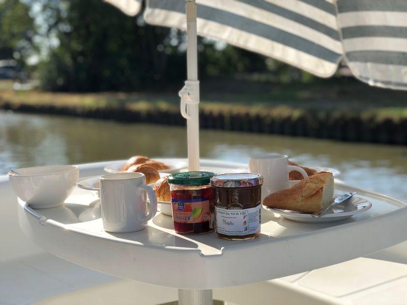Könnt ihr euch etwas Gemütlicheres vorstellen als so ein Hausboot-Frühstück mit Croissants, Baguette und Marmelade? Also ich nicht!