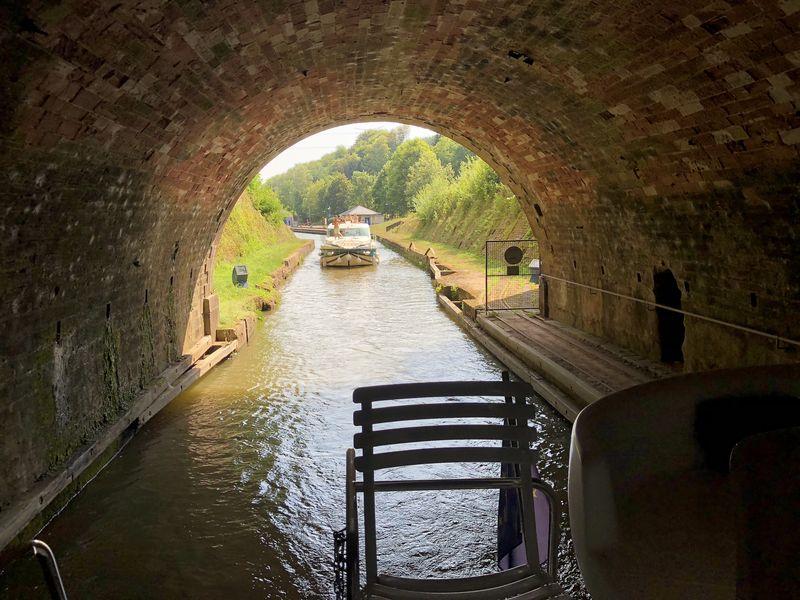 Tunnel sind eine willkommene Abwechslung, vor allem, wenn es so heiß ist wie bei uns! Aber manchmal muss man warten.