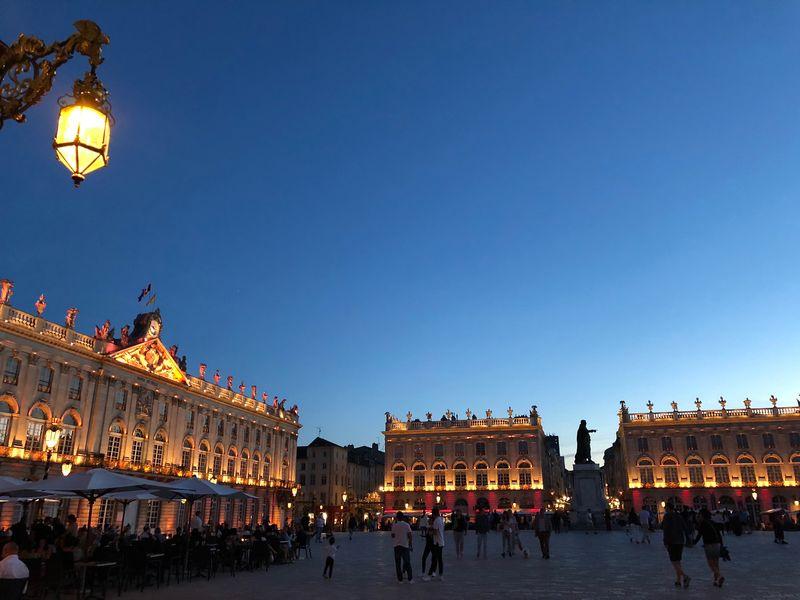 Auch ohne die Projektionsshow ist die Beleuchtung des Platzes ein Hingucker.