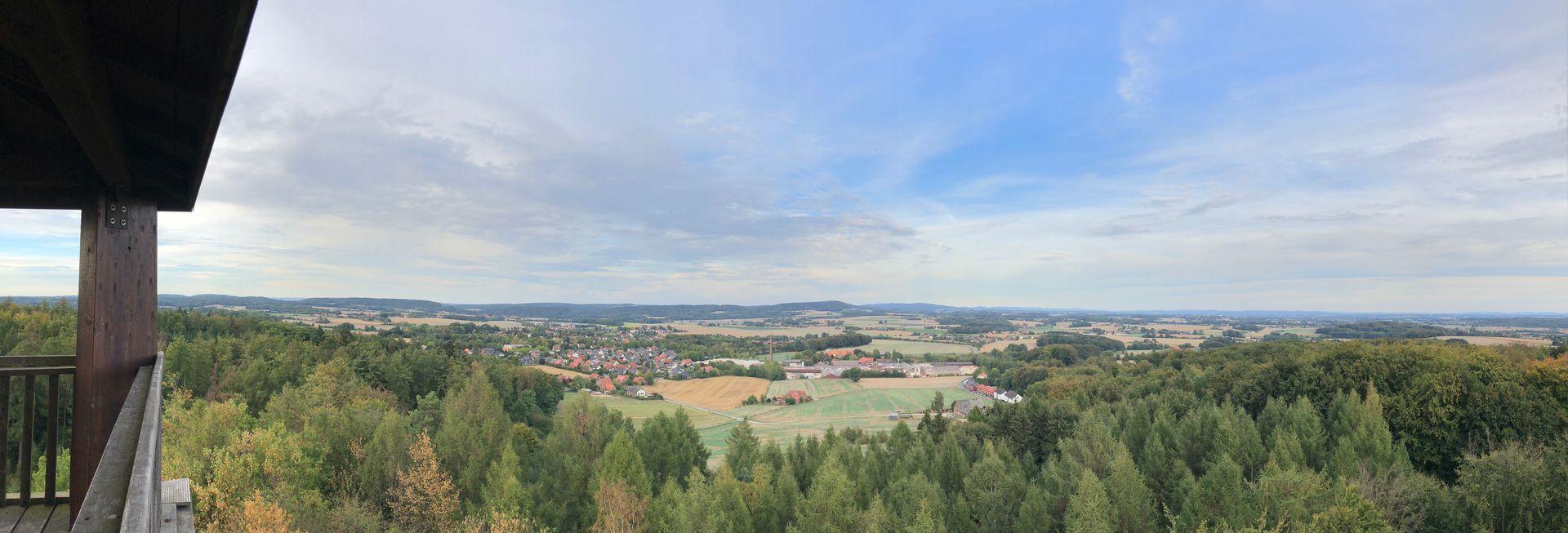 Ganz in der Nähe der Saurierspuren gibt es den Klimaturm Melle-Buer. Der Aussichtsturm bietet nicht nur einen fantastischen Blick über die Landschaft, sondern ist zugleich ein Lernstandort, der Menschen für das Thema Klimaschutz sensibilisieren soll.