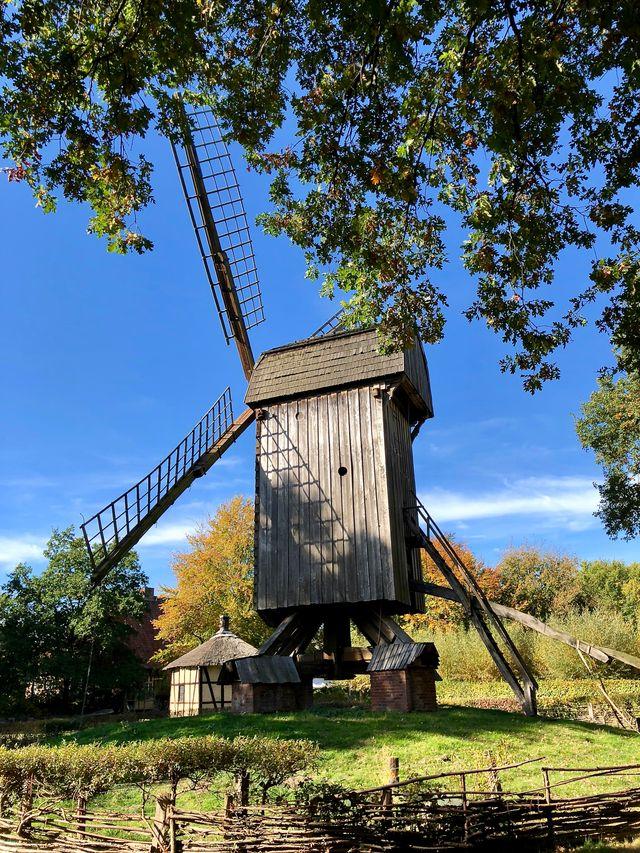 Die Bockwindmühle ist das Wahrzeichen des Mühlenhofs. Sie verkörpert den ältesten Windmühlentyp in Westfalen.