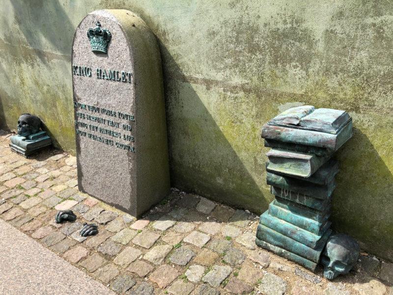 Heutzutage steht Helsingør ganz im Zeichen Hamlets. Überall taucht der tragische Held auf im Stadtbild.