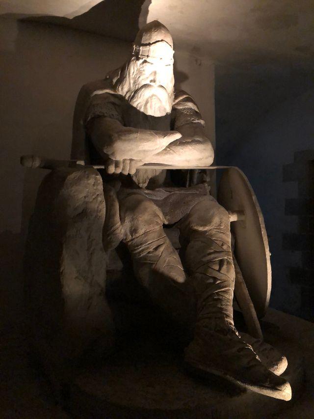 Noch schläft der grimmige Krieger. Aber wenn Dänemark in Gefahr ist, erwacht Holger Danske und kämpft für die einst ruhmreiche Wikinger-Nation.