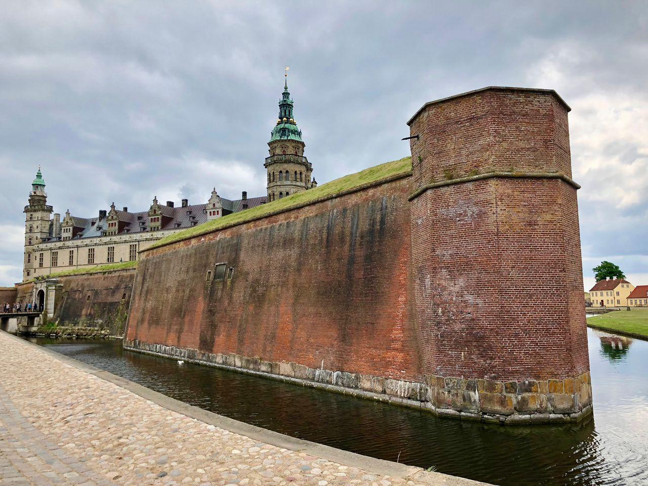 Wer sich dem Schloss als Besucher von Landseite aus nähert, stößt zunächst auf die beeindruckenden Festungsanlagen.