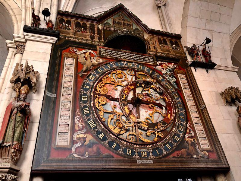 Auf dem Ziffernblatt befinden sich die Tierkreiszeichen in trauter Einigkeit mit den vier Evangelisten.