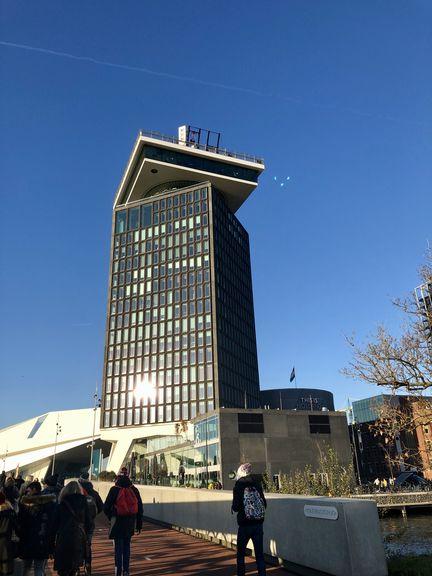 """Auf dem ehemaligen Shell-Tower hat inzwischen die Aussichtsplattform """"A'DAM LOOKOUT"""" mit der Schaukelkonstruktion """"Over the Edge"""" Einzug gehalten."""