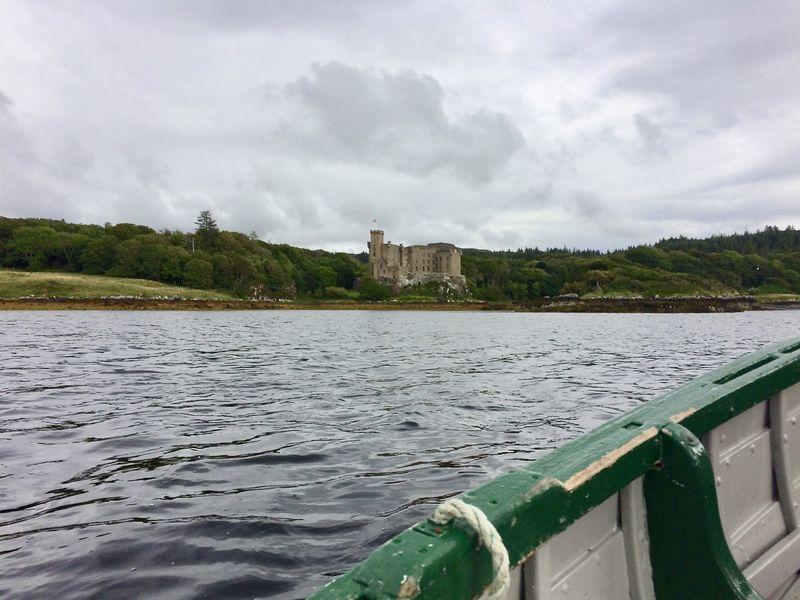 Vom Boot aus sieht man besonders gut, wie beeindruckend Dunvegan Castle in seiner malerischen Bucht gelegen ist.