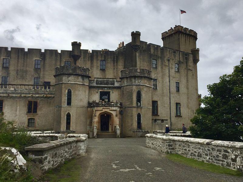 Dieser verwitterte Eingang sieht schon ein bisschen schaurig aus, oder? Ob es hier wohl ein Schlossgespenst gibt?