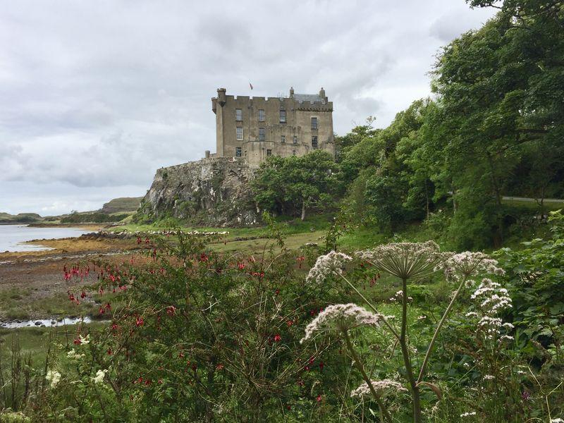 Wie eine Filmkulisse: Dunvegan Castle im Nordwesten der Isle of Skye thront auf einem schroffen Felsen.