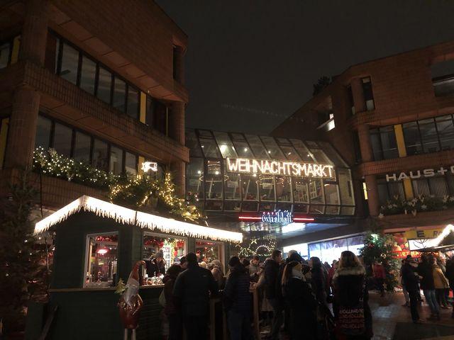 Schon von Weitem begrüßt der Ägidii-Weihnachtsmarkt die Besucher mit Lichterglanz.