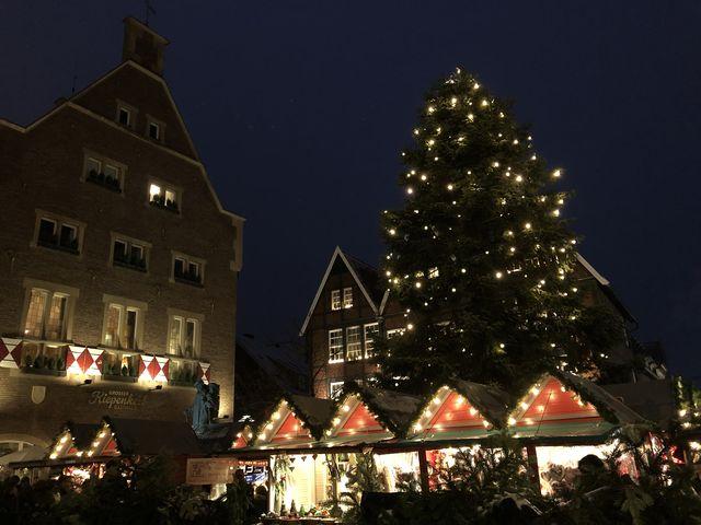 Der Kiepenkerl ist ein Denkmal in der Altstadt. Hier findet sich ein besonders gemütlicher Weihnachtsmarkt.
