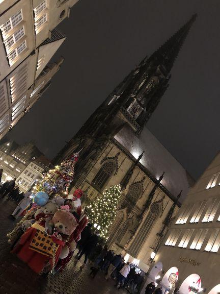Der Nikolaus darf nicht fehlen. Im Schatten von St. Lamberti hat er mit seinem Schlitten Halt gemacht und hilft dem Weihnachtsmann beim Geschenke verteilen.
