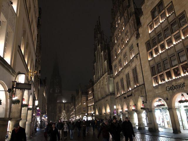 """Abends wird es romantisch in Münsters """"guter Stube"""". Die Kirche geht an diesem Abend allerdings im Nebel unter."""