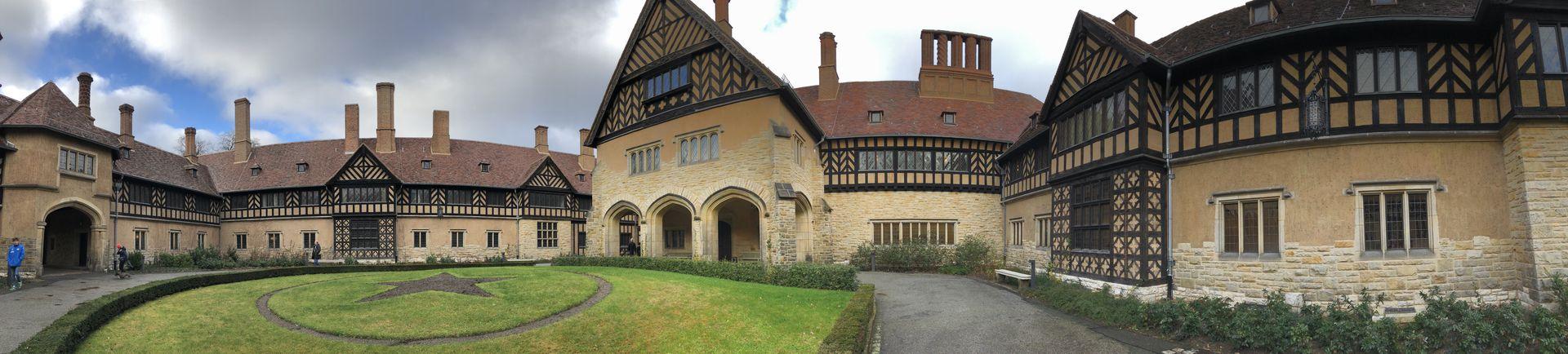 Schloss Cecilienhof ist im englischen Stil gehalten. Umgeben ist der Prachtbau logischerweise auch von einem Englischen Landschaftsgarten.