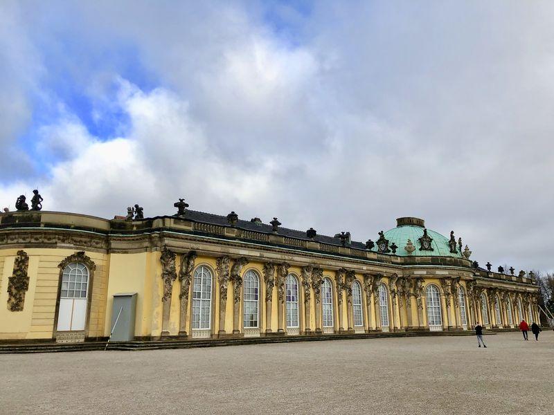 Ursprünglich hatte an der Planung von Sanssouci noch der berühmte Architekt Georg Wenzeslaus von Knobelsdorff mitgewirkt. Während der Planung zerstritten sich König und Baumeister aber.