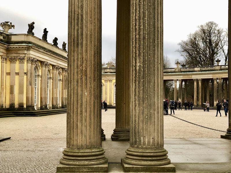 Eigentlich sollte das Schloss Friedrich gar nicht überdauern. Er hatte es lediglich für sich selbst vorgesehen. Doch die Säulen hielten stand - und heute strömen die Touristen in Scharen herbei.