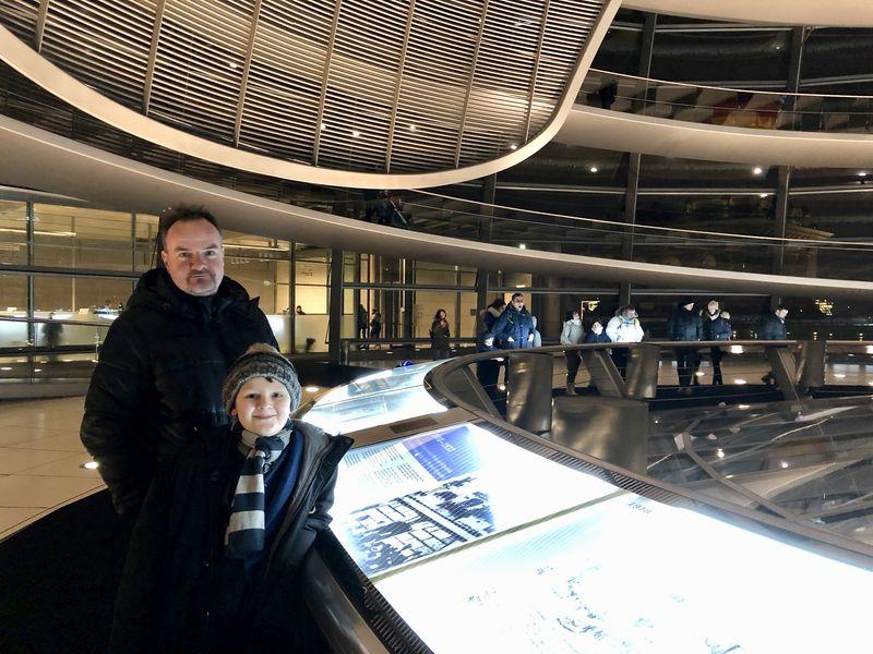 Am Fuß der Rampe informiert eine Ausstellung über die wechselvolle Geschichte des Reichstagsgebäudes. Da sieht man alle Bilder vom Bau bis zur Verhüllung.