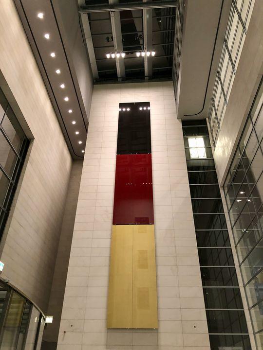 """So sieht man die Deutsche Flagge auch nicht oft, oder? Im Vorraum des Bundestages hängt sie als """"Lack-Gemälde""""."""