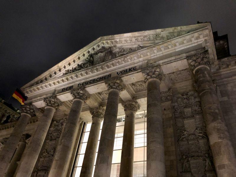 """Hier seht ihr noch einmal die beeindruckende Front des Gebäudes mit seinen massiven Säulen und der erst später angebrachten Inschrift """"Dem Deutschen Volke""""."""