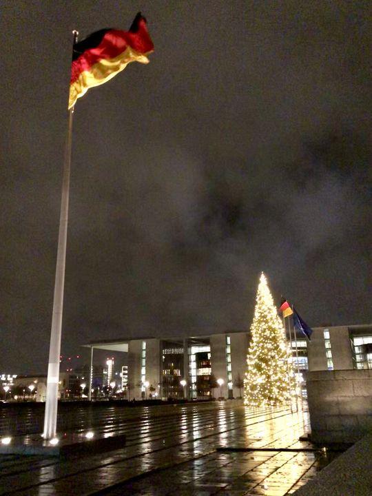 Der Vorplatz zum Reichstag ist menschenleer. Wer hinein möchte, muss erst durch die Sicherheitskontrolle - und dann geht es direkt ins Gebäude.