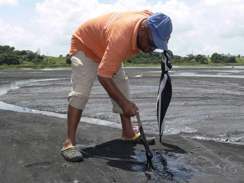 Es reicht, nur ein wenig im Untergrund zu stochern - und schon quillt der zähflüssige Baustoff an die Oberfläche.