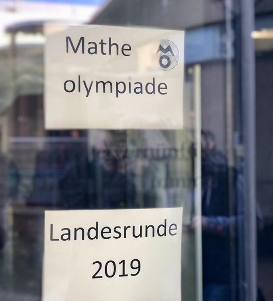 Matheolympiade_Schilder_hoch_Beitragsbild
