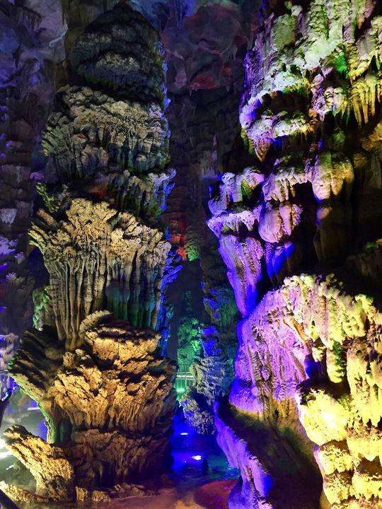Im Inneren der Höhle sind die Gesteins-Formationen dann eindrucksvoll farbenfroh in Szene gesetzt.